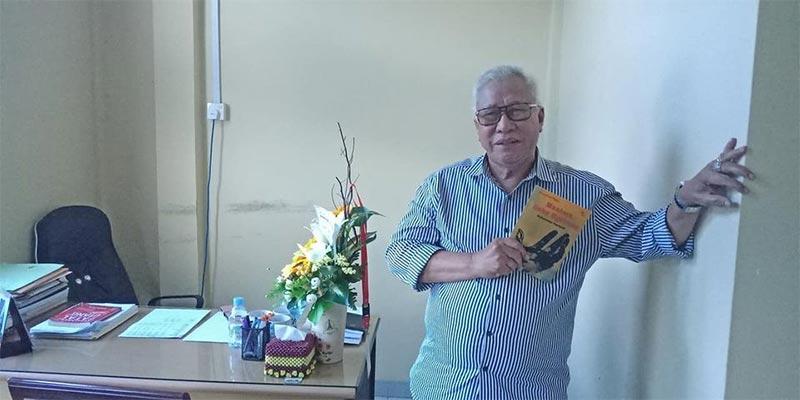 Rida K Liamsi Serahkan Buku Karyanya ke Perpustakaan
