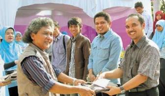 Riau Pos Terima Penghargaan Bahasa dan Sastra