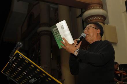 Rida K Liamsi membacakan karya puisinya yang ditulis usai lawatan ke Seoul Korea Selatan di Gedung Teater Idrus Tintin
